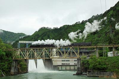 本名ダムの放水を横目に第六只見川橋梁を通過するC11