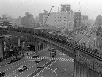 京葉道路を渡るDD51